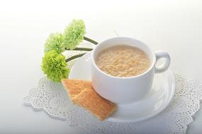 牛奶麦片和绿色花朵