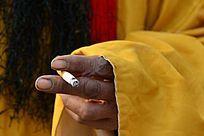 唱戏演员拿香烟的手部特写