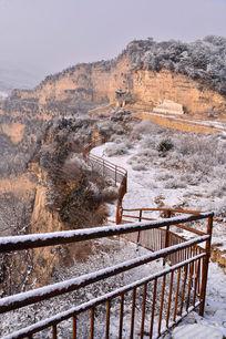 景区山道上的铁栏杆