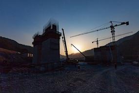 黄昏时分的铁路桥墩建设中