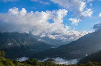 云雾缭绕的苍山山脉