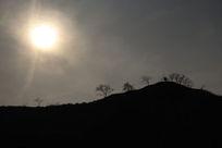 落日山丘人影