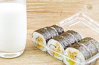 牛奶和一盒寿司