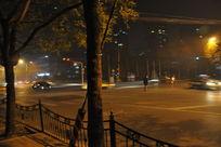 夜晚过马路的行人