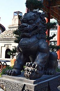 一只威武狮子雕塑