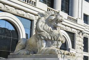 中银门前公石狮雕塑右侧