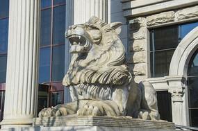 中银门前纳财石狮雕塑左侧