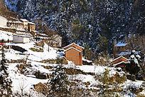山中土房建筑雪景