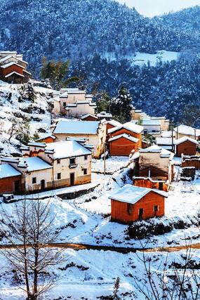 大雪后的民居红土房