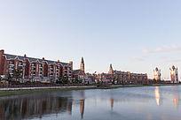 日出后水边的欧式建筑