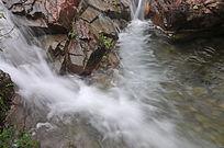 山溪流瀑布