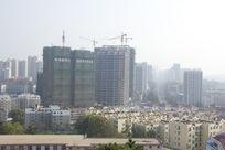 雾霾下的青岛建筑风景