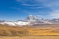 金色草原与雪山