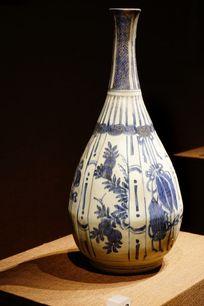 青花图案陶瓷花瓶