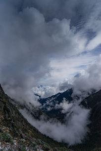 山谷下的雾与远处的雪山