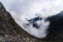 山谷中的大雾与远处的雪山