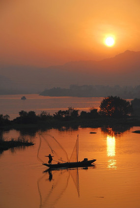 傍晚的渔民捕鱼