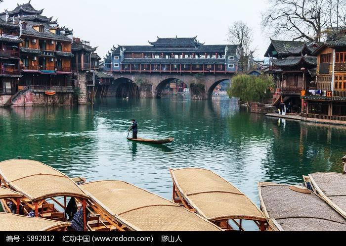 湘西凤凰古镇沱江上的古廊桥图片