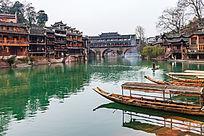 湘西凤凰古镇沱江上的游船