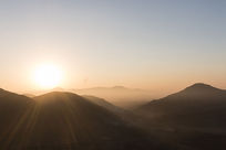 雾气阳光与山峰