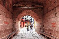 凤凰城古楼的红石拱门