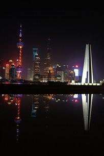 上海东方明珠夜景和水中倒影