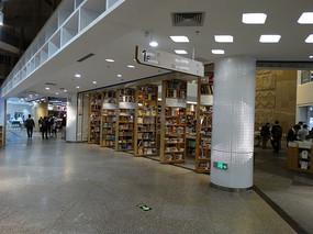 广州购书中心一楼书架