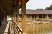 湖边仿木建筑