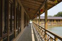 湖边仿木建筑长廊