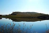 宁静的山岗湖泊