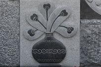 壁刻花瓶和孔雀羽毛