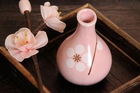 一个陶瓷瓶子