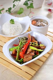 川味小炒肉跟饭