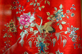 红色布帘上的仙鹤与花朵