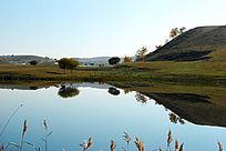 宁静的山岗和湖水