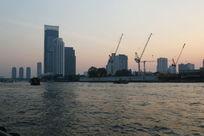曼谷湄南河边的塔吊建设