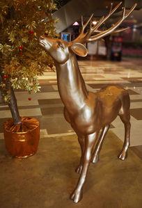 金色的麋鹿雕塑