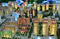 灯火通明的城市高楼