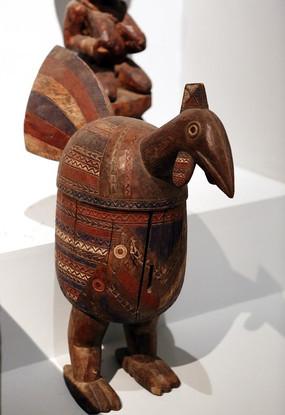 非洲雕刻彩色鸟雕像