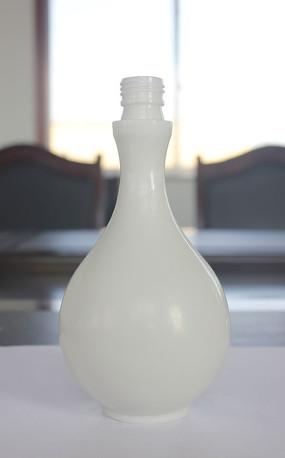 乳白色圆润通透烤瓷白酒瓶