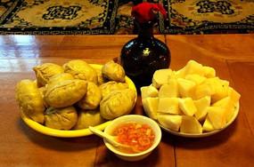 青稞酒、洋芋和酸菜包子
