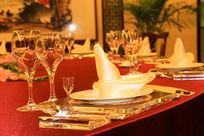 餐桌上的高脚杯与餐具