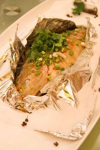 泰式餐饮美食香蒜锡纸包鱼