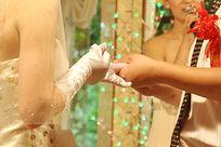 新娘给新郎带上戒指