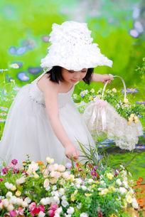 摘花的小女孩