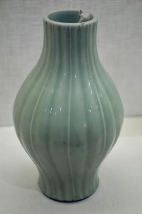 粉青釉瓜棱瓶