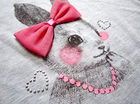 带领结的兔子服装图案特写