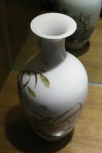 白地蝴蝶图案瓷花瓶