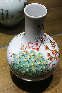 白地孔雀图案大肚细颈瓷瓶