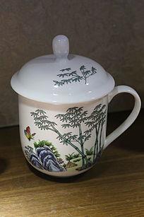白地山竹蝴蝶图案带盖瓷杯
